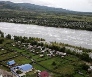 Rusya'nin uzak dogu bolgesi sular altinda. Son 120 yilin en yuksek su seviyesinin goruldugu Amur nehri son 24 saatte 17 cm daha yukseldi. Rusya Acil Durum Bakanligi Habarovsk bolgesinde en az 100 bin kisinin daha tahliye edilebilecegi uyarisi yapti. Toplam 35 bin kisi sag salim kurtarilirken, insani kayiplarin olmamasi sevindirdi.